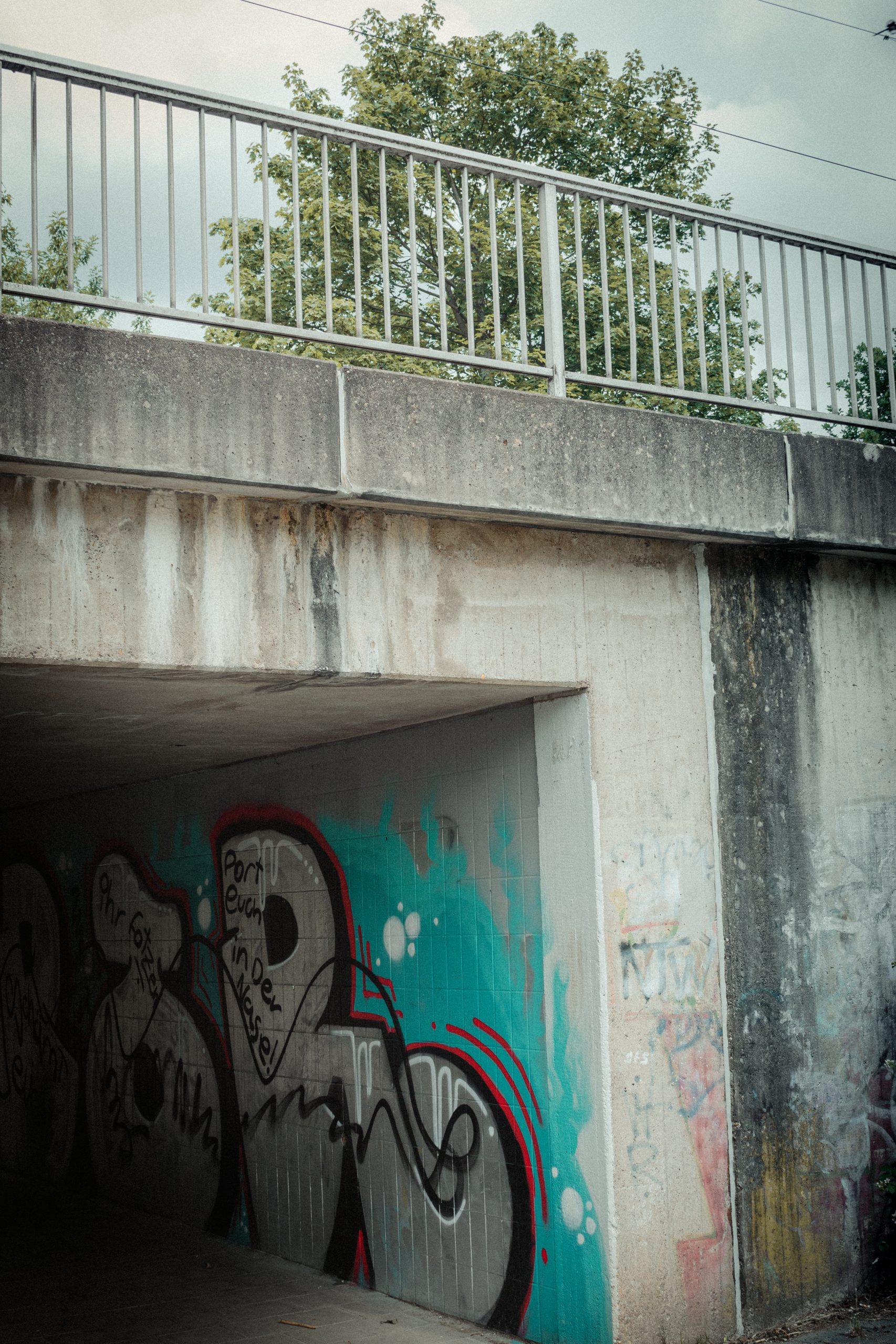 Bedrohlicher Bahnhofsweg in Köln