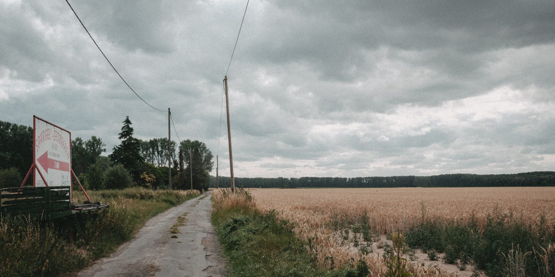 Kaputter Pfad am Feld entlang